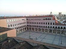 """Plaza Alta (Badajoz)   La Plaza Alta de Badajoz (España), recientemente rehabilitada, fue durante varios siglos el centro de la ciudad desde que ésta rebasó los límites de la alcazaba musulmana. Anteriormente era conocida como plaza pública o siemplemente """"la plaza""""."""