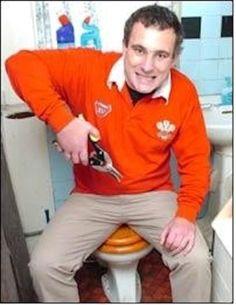 """En febrero de 2005, Geoff Huish, un galés fanático del rugby, le dijo a su amigo Gethin Probert que si Gales derrotaba a Inglaterra en el torneo Cinco Naciones se cortaría las bolas.  Gales ganó 11-9. Huish fue al baño, se cortó los testículos, los llevó al Leigh Social Club en una bolsa azul y gritó """"lo hice"""".  Llamaron una ambulancia y lo llevaron al hospital, pero no pudieron salvar sus testículos.   """"No puedo tener hijos ahora pero aún así quiero una familia"""", declaró. """"Quizás adoptaré""""."""