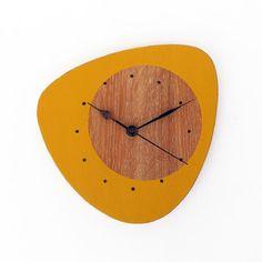Horloge en bois recyclé - Inspiration années 50's - Jaune moutarde