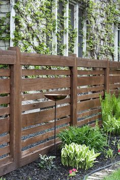 Privacy fence screening ideas making use of fencing or screens to shut out a neighbor's view of the garden, yard, or outdoor patio. There's an easy technique for finest placement. Cheap Garden Fencing, Diy Fence, Fence Gate, Garden Fences, Front Yard Fence Ideas, Cheap Fence Ideas, Yard Fencing, Fence Posts, Fence Landscaping