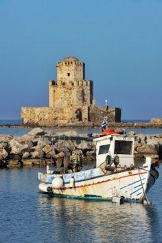 Foto de un barco de pesca en frente del castillo Metone en el sur de Grecia.