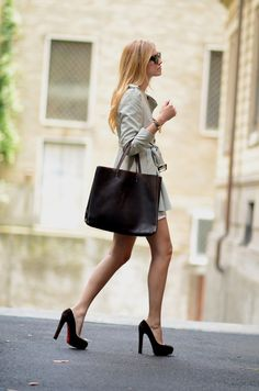 Adore those heels and that simply classic bag. #fashion #style