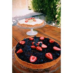 Strawberry and blueberry cheesecake and merengue lime tarte. @cafedafabrica