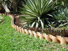 Here you'll find 30 brilliant garden edging ideas, - Amenagement Jardin Recup Flower Bed Borders, Garden Borders, Flower Beds, Diy Flower, Unique Gardens, Beautiful Gardens, Lawn And Garden, Garden Beds, Indoor Garden