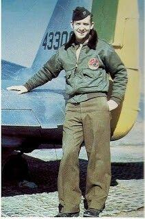 Major da USAAF John William Buyers. Este piloto do exército norte-americano, nascido em Juiz de Fora (filho de norte-americanos), atuou junto ao 1º Grupo de Aviação de Caça da Força Aérea Brasileira e a 12ª Força Aérea como elemento de ligação. Buyers, por ser brasileiro e por conhecer nosso idioma, era o elo de ligação entre o comandos Aliado e do Grupo de Caça brasileiro.