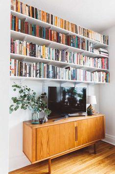 Para os verdadeiros amantes de livros: essas prateleiras cobrem toda a extensão da parede e ainda parecem pouco diante de tantos títulos