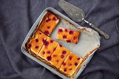 petite kitchen: GOOEY LEMON SLICE WITH RASPBERRIES