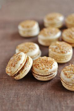 caramel au beurre salé Macaroons with salted butter caramelMacaroons with salted butter caramel Just Desserts, Delicious Desserts, Yummy Food, Think Food, Love Food, Cookie Recipes, Dessert Recipes, French Macaroons, Snacks