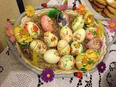 Κρατήστε το παραδοσιακό στοιχείο.    Βάψτε τα αυγά. Αλλά δοκιμάστε να στολίσετε μερικά και με τον παρακάτω τρόπο.    Αυγά στολισμένα με χαρτοπετσέτες απλά με ασπράδι αυγού. Υπέροχο αποτέλεσμα και κανένας κίνδυνος ζημιάς από χρώματα ή/και κόλλες.    Βρείτε χαρτοπετσέτες με Easter Recipes, Easter Crafts, Easter Eggs, Diy And Crafts, Recipies, Food And Drink, Cooking, Breakfast, Ethnic Recipes