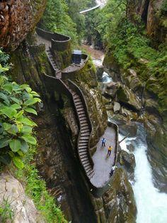 Pailon del Diablo en Equateur avec ses marches très glissantes, près d'une des plus spectaculaires cascades.
