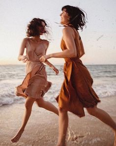 Image uploaded by Melody for remedy. Find images and videos about summer, girls and beach on We Heart It - the app to get lost in what you love. Dark Portrait, Beauty Dish, Kurt Vonnegut, Summer Aesthetic, Summer Feeling, Jolie Photo, Mode Vintage, Vintage Vibes, The Dreamers