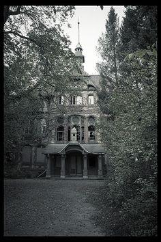 The Beelitz War Hospital, in the Potsdam-Mittelmark district, Brandenburg, Germany (photo by Martino Zegwaard) Abandoned Property, Abandoned Asylums, Abandoned Places, Spooky Places, Haunted Places, Old Buildings, Abandoned Buildings, Abandoned Castles, Eco Casas
