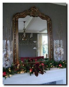 Mooi om de spiegel op de schouw te decoreren met kerstversiering. Kuifspiegel te koop bij: http://www.barokspiegel.com/klassieke-spiegels/kuifpiegel-franse-stijl-rufino