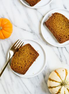 This healthy pumpkin bread recipe is SO delicious! It's so moist and fluffy, no one will guess it's naturally sweetened and made with 100% whole grains. cookieandkate.com