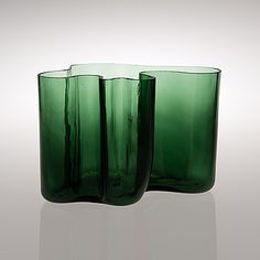 "ALVAR AALTO - Glass vase ""Eskimoerindens skinnbuxa"" (eskimonaisen nahkahousut) original production in 1937 by Karhula glassworks, Finland. - Blown into a wooden mold. My Glass, Glass Art, Glass Design, Design Art, Green Vase, Tiffany Glass, Alvar Aalto, Art File, Carnival Glass"