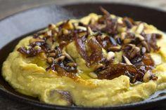 Φάβα βελούδινη αλ Καρούζο σημαίνει φάβα βρασμένη με ειδικό τρόπο για να βγεί βελούδινη και σερβιρισμένη με καραμελωμένα κρεμμύδια σε πετιμέζι και καβουρντισμένα κουκουνάρια.