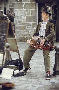 Musicien de rue. Dinan, Bretagne.