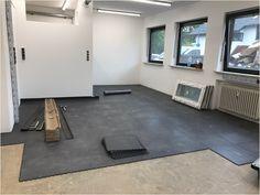 Legen Sie in einem Raum mit alte und rissigen Betonboden einfach die PVC Bodenfliesen von Floorwork aus. So schaffen Sie eine warme und hoch belastbare Oberfläche. Tile Floor, Kids Rugs, Flooring, Crafts, Home Decor, Concrete Floor, Flooring Tiles, Simple, Manualidades