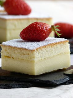 Cette fois, j'ai choisi la vanille et, chose que je pensais impossible,  on a encore plus apprécié... La couche intermédiaire est onctueuse à souhait, avec un bon goût de crème pâtissière.