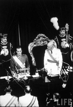 Jefe de Estado, Francisco Franco , la concesión del Príncipe Don Juan Carlos durante su investidura como sucesor de Franco, en la sesión de las Cortes.