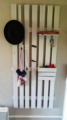 In most of the houses mostly favor accompanying the use of the pallet coat rack artwork. This image shows the perfect idea for you where the simple stacking of the wood pallet planks have been arranged together to form the simple plain coat rack wood pallet structure.