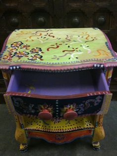 Hand Painted Furniture    http://paintedfurnitureideas.com/