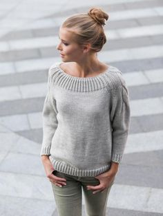 Image may contain: 1 person Poncho Knitting Patterns, Cardigan Pattern, Knitting Designs, Knitwear Fashion, Knit Fashion, Sweater Fashion, Grey Sweater Outfit, Slouchy Sweater, Baby Sweaters