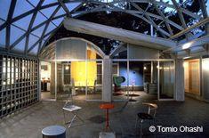 「シルバーハット」(伊東豊雄、1984年)は、鉄筋コンクリートの柱の上に鉄骨フレームの屋根を架け、コートの上部に吊られた開閉可能なテントにより通風や日照を調節することで、コートを半屋外の居間空間として利用することができる。