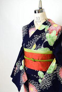 宵闇に灯りがともるように、あでやかな紅色美しく染め出された大輪の八重菊が美しい注染レトロ浴衣です。