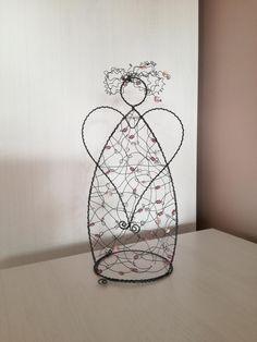 ✳+ANDÍLEK+25cm+...+je+vyroben+z+černého+žíhaného+drátu.+Celková+výška+je+25+cm.+Určeno+do+interieru. Wire Art, Beads, Christmas, Good Ideas, Quilling Craft, Wire, Paper Envelopes, Crafting, Beading