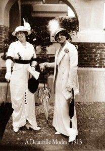 A-Deauville-Modes 1913 [In contrast to the enormously brimmed hats of the previous few years, hats had become quite small and restrained in decoration by as in this photo of two very fashionable ladies. Historical Costume, Historical Clothing, Female Clothing, Belle Epoque, Edwardian Fashion, Vintage Fashion, Edwardian Clothing, Edwardian Era, Style Édouardien