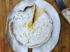 Een mooi citroentaartje, met een dunne korst en natuurlijk citroenrasp voor een extra intense smaak. Een beetje geïnspireerd op Zuid Europese taartjes, zoals je ze bij de bakker in Frankrijk ziet. Zo gemaakt en superlekker.