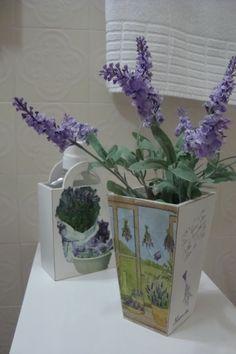 Vaso de madeira com decoupage e  provençal com flores de lavanda , que fiz para decorar meu banheiro.