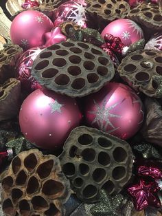 #glassballs #driedlotus #glassballswithlotus #arrangementswithglass #homedeco #christmasdeco #christmastrends #othmardecorations