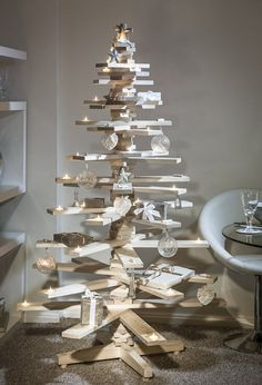 This is the most loved wooden pallet Christmas tree design. Everyone wants to make this Christmas tree but it is quite difficult and the most difficult part is to place candle holder in the wooden pallet planks. Creative Christmas Trees, Christmas Tree Design, Wooden Christmas Trees, Noel Christmas, Modern Christmas, Rustic Christmas, Christmas Projects, Christmas Tree Decorations, Wooden Xmas Trees