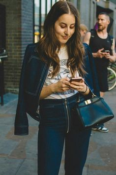 25 year old living in Los Angeles. Haim Style, Danielle Haim, Celebrity Look, 70s Fashion, Autumn Winter Fashion, Cool Outfits, Street Style, Style Inspiration, My Style