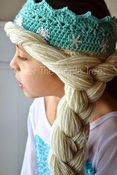 DIY turquoise Crochet Elsa Crown With Hair, free pattern >> Over The Apple Tree Crochet Crown, Cute Crochet, Crochet For Kids, Crochet Crafts, Crochet Baby, Knit Crochet, Crochet Princess Hat, Frozen Crochet Hat, Crochet Tree