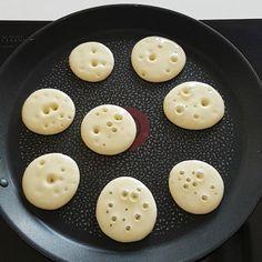 Kimler seviyor Malzemeler: 2 yumurta 1,5 su bardağı süt 2-3 yemek kaşığı şeker (arzuya göre artırabilirsiniz) 2 veya 2,5 su bardağı un (akışkan kıvamda olmalı) 1 paket kabartma tozu 1 paket vanilya 1 çay bardağının 3/2 miktarınca sıvıyağ Hazırlanışı: Tüm malzemeler derince bir kaba konulup 10 dakika çırpılır. Orta ateşte ısıtılmış tavaya 1er yemek kaşığı dökülür ve iki taraflı pişirilir. Karışım bitene kadar aynı işleme devam edilir. Sıcak sıcak servis edilip afiyetle yenir. Afiyet olsun...