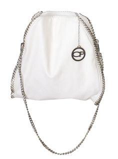 Blanco y plateado hacen una combinación neutra y elegante #silver #ModaCP