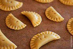 Verspot maklike konfyt tertjies: 1 pakkie 500 g bruismeel 250 g koue botter gerasper 2 x 125 ml houertjies room 1 kop fyn konfyt van jou keuse 1 el maizena 1 groot eier 1 el melk mespunt sout Voorv… Pastry Recipes, Tart Recipes, Sweet Recipes, Baking Recipes, Cookie Recipes, Snack Recipes, Dessert Recipes, Fudge Recipes, Baking Tips