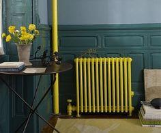 radiateur jaune sur fond bleu canard