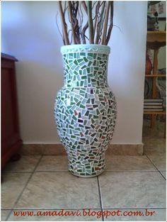 Vaso com mosaico com pastilhas de vidro.