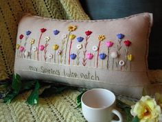 My Spring Tulip Patch Pillow Cottage Style por PillowCottage Sewing Crafts, Sewing Projects, Vintage Embroidery, Hand Embroidery, Deco Originale, Cute Pillows, Brazilian Embroidery, Embroidery Transfers, Sewing Box