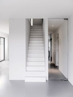 Built by BaksvanWengerden Architecten in Alkmaar, The Netherlands with date Images by Yvonne Brandwijk. BaksvanWengerden Architecten is commissioned to design a single-family house on a self-build plot in Nollen-Oost, loc. Interior Stairs, Interior Architecture, Interior And Exterior, Contemporary Stairs, Modern Stairs, White Stairs, White Walls, Interior Minimalista, House Stairs