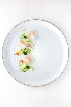 Leichte Vorspeise mit Kohlrabi-Ravioli aus hauchdünn blanchierten Kohlrabischeiben, Melonen-Salsa, Aioli, Haselnüssen und in Yuzu-Saft marinierten Gurken.