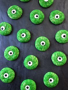Spooky Eyeball Halloween Sugar Cookies // Great treat for Halloween! Perfect for parties and as a surprise in school lunches. Simple to make and so yummy!