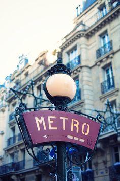 Panneau de signalisation typique de l'entrée de la station de métro Lamarck Caulaincourt vue dans le film le Fabuleux destin d'Amélie Poulain. (Ligne 12)