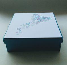 Pintada a mano en color turquesa, y en la tapa una hermosa mariposa con la técnica decoupage Color Turquesa, Decoupage, Container, Ideas, Shopping, Painted Boxes, Sweetie Belle, Thoughts