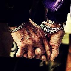 執子之手,與子偕老。 #最美好的愛情 #牽手 #holdhands #1111love