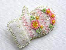 Felt Mitten Pin by Beedeebabee on Etsy Noel Christmas, Christmas Crafts, Christmas Ornaments, Felt Crafts Patterns, Felt Embroidery, Love Craft, Wool Applique, Felt Hearts, Felt Ornaments
